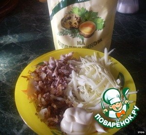 Onions fry in vegetable oil. Boiled chicken slice, cheese only three. All this stir and season with mayonnaise.
