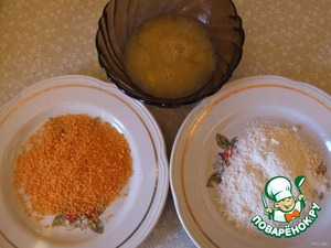Take two plates and one bowl. In the bowl place flour and breadcrumbs, and an egg into a bowl and salt and a little shaken.