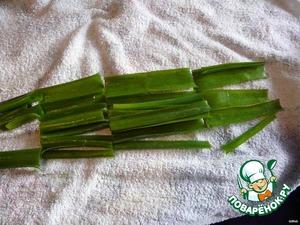 Зеленый лук порезать на кусочки, распустить вдоль, окунуть в холодную воду, вытереть салфеткой и выложить этим луком блюдо.