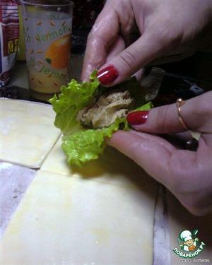 Тесто подготовить так же как в прошлом рецепте. Завернуть в салатный лист чайную ложку паштета. Края теста смазать яйцом, чтобы лучше склеелось