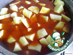Накрыть крышкой и протушить минут 20.    После добавить картофель и тушить до готовности.