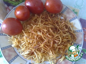 Когда картошка будет сухой, жарим ее в большом количестве подсолнечного масла, выкладываем шумовкой на салфетку, чтобы впитался лишний жир.