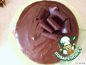 Берем джем, он должен быть без кусочков, однородный и не жидкий. Смазываем приготовленным джемом торт.    Ставим торт в холодильник минут на 20.    После этого достаем торт и покрываем его глазурью. Для этого я кладу в мисочку 150 гр шоколада и наливаю сливки, немного. Ставлю в микро и растворяю шоколад, размешиваю.    Если смесь густая, добавляю еще сливок.    Покрываем тортик глазурью и ставим в холодильник на часок-другой)   Мне очень понравился вкус торта, как из магазина (на мой взгляд). В разрезе выложу тортик завтра или сегодня вечером, так как фотик разрядился.