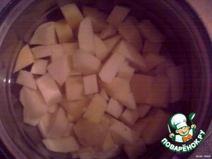 Чистим, нарезаем и закладываем в суп картофель.