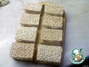 Сложить хлебец пополам.