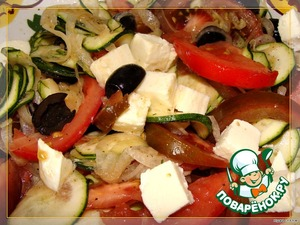 Моцареллу нарезаем кубиками, посыпаем салат сверху.   Даем постоять 5 минут и подаем на стол.      Приятного аппетита!