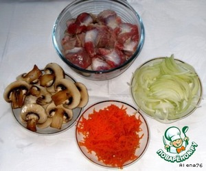 Carrot grate, onion cut into half rings and, together with mushrooms, fried in sunflower oil under the lid for 7-9 minutes (fried).