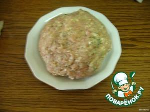 Мясо можно использовать любое. У меня - индейка.   Мясо, лук, чеснок, булочку размоченную пропустить через мясорубку. Добавить соль, перец, зелень.   Все, как на котлеты, только без яйца.