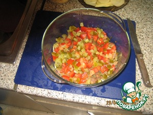 Следующий слоЙ: нарезанные помидор и соленый огурец