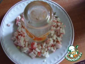 Порежьте все продукты (кроме киви) мелкими кубиками. В центр тарелки поставьте стакан и выкладывайте слоями. Первый слой - крабовые палочки