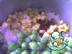 Доводим рис до полуготовности и добавляем перец, бобы. Перемешиваем, присаливаем, чуть-чуть приперчиваем.