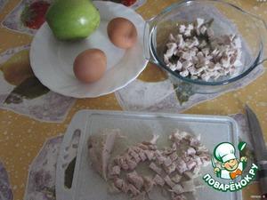 Курицу нарезать кубиками, выложить в салатник.