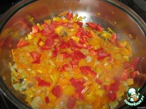 Добавляем к морковке и луку нарезанный перец на 5 минут, перемешиваем