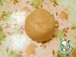 1. Тесто:      Муку просеять, вмешать желтки, добавить все остальные ингредиенты (размягчённое масло (маргарин), сахар, соль, соду, гашеную уксусом), затем добавить цедру лимона, вымесить тесто, убрать в холод