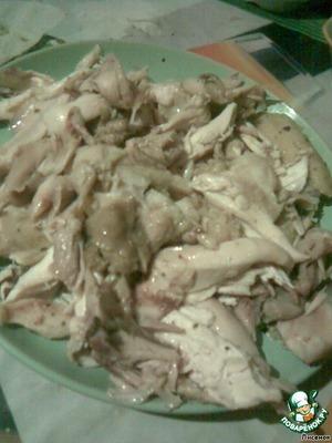 Курицу отварить в специях.   Набор специй следующий: соль, перец черный молотый, базилик, имбирь сушеный (можно свежий), травы для птицы, прованские травы, розмарин (соль и перец на ваше усмотрение, а все остальные - по щепотке).      Готовую курицу нарезать порционно. У меня она варилась долго(мне же некогда, я на