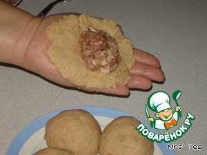 Теперь лепим колдуны. Кусочек картофельной массы распластать на ладошке в виде лепешки, на середину положить фарш, защипать со всех сторон, чтобы получился шарик с начинкой.    Охлопать шарик, чтобы его поверхность была ровной и гладкой. Из моего количества продуктов получилось 12 больших колдунов.