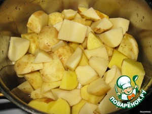 Peel, wash the potatoes and cut into slices.