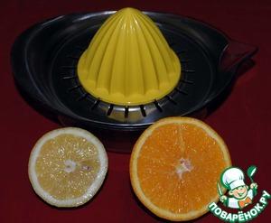 Выжимаем сок лимона и апельсина.