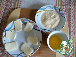 Нарезать моццареллу ломтиками толщиной 5-7 мм, взбить яйцо