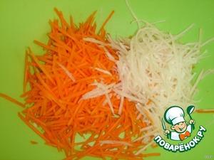 Морковь и дайкон нашинковать соломкой.