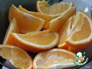 Порезать полтора апельсина на дольки.