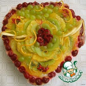 Покрываем последним слоем творожной массы и украшаем ягодами и фруктами по желанию. Я использовала киви, виноград, вишни, бананчик, очищенный от альбедо апельсин и немного барбариса. Фрукты можно покрыть желатином, чтобы они не обветрились и не потеряли цвет.
