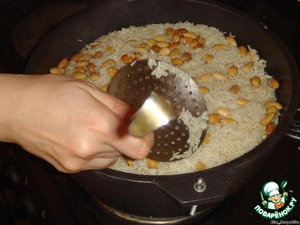 Fill with boiling water, wait until will be the oil. Be careful with the water, better then add. Cover the rice has cm by 1.5. When the oil will perform, put almonds. How would