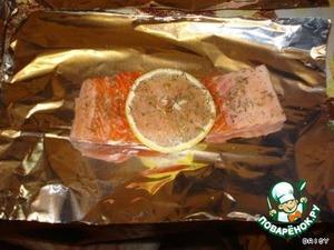 Разрезать рыбу на порционные куски, выложить каждый кусок кожей вниз на небольшие листы фольги, посолить, посыпать сухим базиликом (если есть возможность, возьмите свежий). На каждую порцию рыбы положите по кружочку лимона. Заверните фольгу конвертиком.   Масла НЕ НАДО. Если рыба другого сорта, очень тощая, то чуть-чуть маслица на рыбку. Но мы делали всегда без масла. Брали либо горбушу, либо форель.