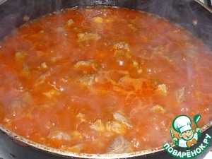 Добавляем нут, соль, красный перец, специи. Залить водой и тушить около 20 минут под крышкой.