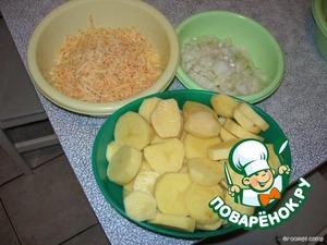 Картофель и лук чистим. Сыр трем на крупной терке. Лук нарезаем достаточно мелко, а картофель кружочками, около сантиметра толщиной. Имейте ввиду, что картофель лучше покупать разваристых сортов, т.е. желтый предпочтительнее белому