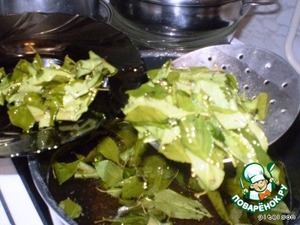 Leaves to boil, after that, another 5-10 minutes so that the syrup have a sweet smell of cherry leaf. Then, with a slotted spoon to remove the leaves.