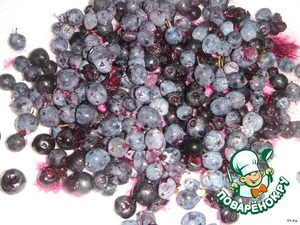 Bilberries and blueberries to sort, wash and dry on a paper towel.