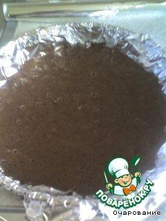 Желтки растереть с сахаром и водой. Белки взбить, соединить с мукой, какао, крахмалом, перемешать. Соединить белки с желтками, добавить молотый миндаль, хорошо перемешать, вылить в форму, застеленную бумагой для выпечки, выпечь.