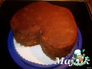 """Лепим:      Отрезать у торта всё лишнее.   Отрезанное хорошенько размять и перемешать.   Добавить порезанный мелкими кусочками отложенный в сторону последний бисквитный корж.   Добавить крем и всё хорошенько перемешать - должно получится такое своего рода тесто, которое прекрасно лепится.   Этим """"тестом"""" придаём нужную округлость тортику в некоторых частях.   Оставить ещё на час при комнатной температуре, после чего убрать на ночь в холодильник."""