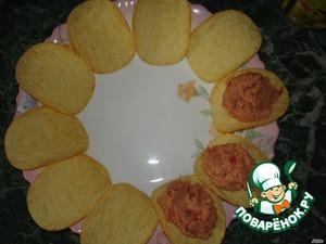 Чайной ложкой выложить паштет на чипсы.