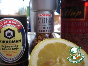 и замаринуем с добавлением лимонного сока, соевого соуса и кунжутного масла.