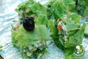 Огурцы нарезать кружками. Рулет порезать на кусочки 4-5 см шириной, скрепить с огурцом зубочисткой, сверху украсить маслиной или морковкой.