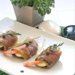 Закуска из баклажана, моцареллы и креветок в пармской ветчине