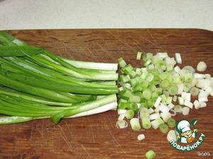 Приготовить начинку. Зеленый лук нарезать кольцами. Яйца измельчить.
