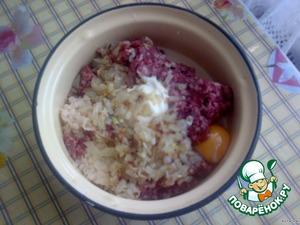 Обжаренный лук, натертый картофель, чеснок, яйцо, молоко, соль, перец добавить в фарш.