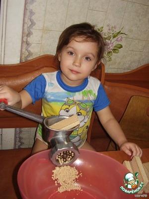 Перекрутите в мясорубке вафли. В этом могут вам помочь детки.