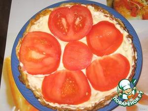 Формируем торт: печеночный корж - майонез - омлетик  - майонез - помидорки - майонез и так до конца.