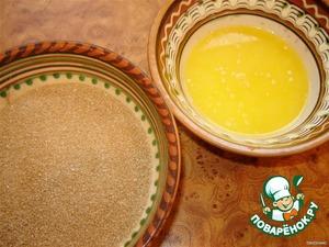 Тем временем растапливаем в микроволновке (или на плите) сливочное масло и отдельно смешиваем сахар с корицей.