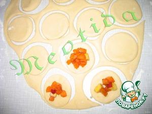 На присыпанном мукой столе раскатать тесто, стаканчиком вырезать кружочки, положить на них начинку (1ч. л.) (если Вы любите сладкие пончики, то добавить щепотку сахара на каждый кружочек с начиночкой).