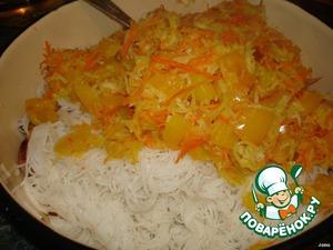 К макаронам с мясом добавить обжаренные овощи, перемешать.