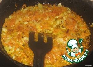 Спассеровать лук с морковью.