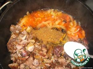 В тушеные овощи добавляем мясо, специи, соль и ¼ часть минеральной воды. Для получения истинного плова все должно протомиться в течение 20-30 минут для получения так называемого ЗИРВАКА.