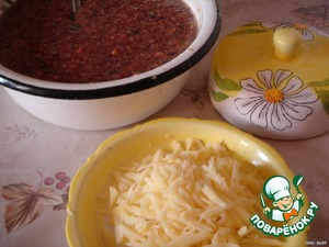 Cheese to grate on a coarse grater.  Stir in a bowl of milled products and add the semolina, flour, eggs, brandy, salt, nutmeg and grated cheese.  Leave the mass alone for 20-25 minutes to semolina swelled a little.  Bake in vegetable oil with 2 sides laying a lot with a spoon.