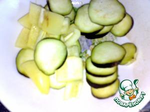 Овощи очищаем и все режем кольцами. Перец кубиками.