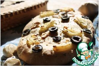 Рецепт: Фокачча с шафраном, луком и маслинами